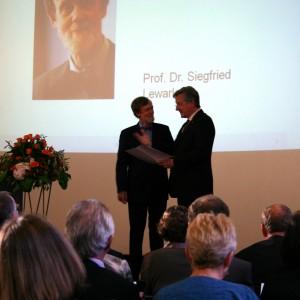 Verleihung des Bertha-Ottenstein-Preises 2010 an Prof. Lewark (l.) durch Rektor Schiewer (r.)
